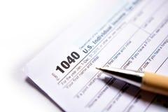 在白色的美国报税表1040 免版税库存图片