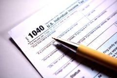 在白色的美国报税表1040 库存照片