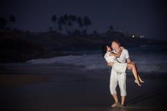 在白色的美好的年轻夫妇 免版税库存图片
