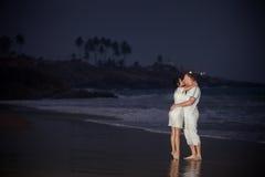在白色的美好的年轻夫妇 免版税图库摄影