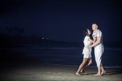 在白色的美好的年轻夫妇 免版税库存照片