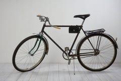在白色的老自行车 免版税库存图片