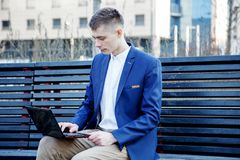 在白色的背景商业查出的人 有书和膝上型计算机的一个人 人通过在街道上的电话讲话 玻璃的人做笔记我 图库摄影