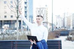 在白色的背景商业查出的人 有书和膝上型计算机的一个人 人通过在街道上的电话讲话 玻璃的人做笔记我 免版税库存照片