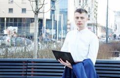 在白色的背景商业查出的人 有书和膝上型计算机的一个人 人通过在街道上的电话讲话 玻璃的人做笔记我 库存图片