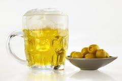 在白色的背景啤酒新鲜的橄榄 免版税库存图片
