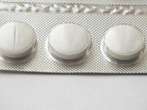 在白色的药片 免版税库存照片