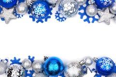 在白色的蓝色和银色圣诞节装饰品双边界 免版税库存照片