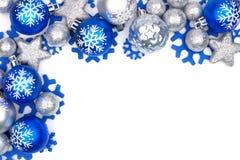 在白色的蓝色和银色圣诞节装饰品角落边界 免版税库存照片