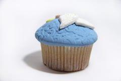 在白色的蓝色甜乳香树脂杯形蛋糕 库存图片