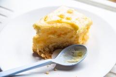 在白色的蛋糕 免版税库存照片