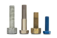 在白色的螺丝、螺栓、螺柱、坚果、洗衣机和泉水洗涤器孤立与裁减路线 免版税库存照片
