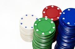 在白色的被堆积的赌博娱乐场芯片 免版税库存照片
