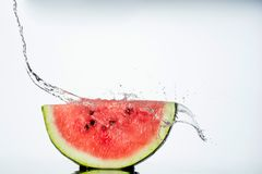 在白色的西瓜和水飞溅 图库摄影