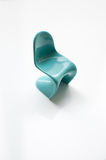 在白色的设计师蓝色Panton椅子 库存照片