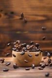 在白色的豆早餐咖啡理想的查出的宏指令 充分咖啡杯咖啡豆 库存图片
