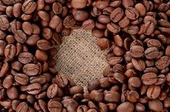 在白色的豆早餐咖啡理想的查出的宏指令 安置在豆形状在粗麻布背景 免版税库存照片