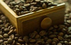 在白色的豆早餐咖啡理想的查出的宏指令 免版税图库摄影
