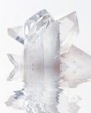 在白色的透明无色水晶在水中反射了 免版税图库摄影