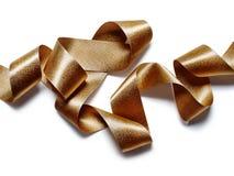 在白色的金古铜色金属丝带 免版税库存照片