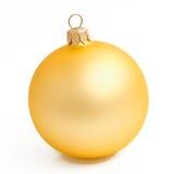 在白色的金子黄色圣诞节球 库存照片