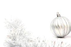 在白色的银色圣诞节球 免版税库存图片