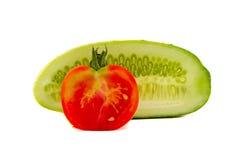 在白色的黄瓜和蕃茄片式 免版税图库摄影