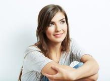 在白色的年轻人微笑的愉快的妇女画象 在白色 免版税图库摄影