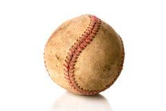 在白色的破旧,老棒球 免版税库存照片