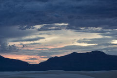 在白色的黄昏在新墨西哥铺沙国家历史文物 免版税库存照片
