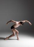 在白色的年轻有吸引力的现代跳芭蕾舞者 库存图片