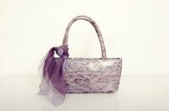 在白色的紫罗兰色皮包 有配比的围巾的紫色钱包 免版税库存图片