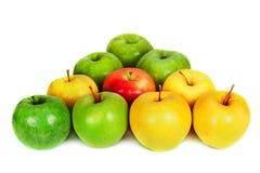 在白色的绿色和黄色苹果以三角台球的形式 库存照片