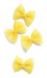在白色的Farfalle或Bowtie面团 免版税库存照片