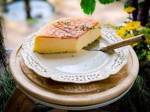 在白色盘的乳酪蛋糕 库存图片