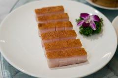 在白色盘的优质中国酥脆烤腹部猪肉在池氏 免版税库存照片