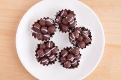 在白色盘的巧克力球 库存照片