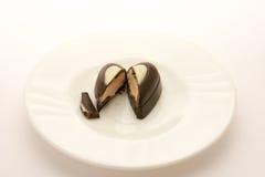 在白色盘的巧克力糖,隔绝在白色背景 关闭 库存照片