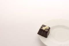 在白色盘的巧克力糖,隔绝在白色背景 关闭 免版税库存照片