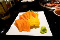 在白色盘的开胃菜三文鱼生鱼片 免版税库存照片
