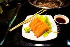 在白色盘的开胃菜三文鱼生鱼片 免版税库存图片