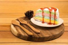 在白色盘的彩虹蛋糕 免版税库存照片