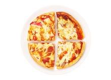 在白色盘的比萨 库存照片