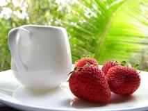 在白色盘的草莓 免版税图库摄影