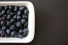 在白色盘的蓝莓 免版税图库摄影