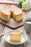 在白色盘的雪芳蛋糕 库存照片
