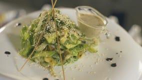 在白色盘,慢动作的新鲜的海草沙拉 影视素材