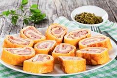 在白色盘,特写镜头的被烘烤的乳酪肉卷状食物 免版税库存图片