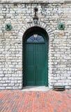 在白色石大厦的绿色木门 免版税图库摄影