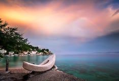 在白色石小船和小村庄的彩虹 库存照片